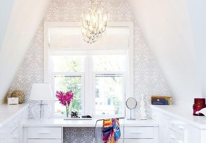 """Đèn bàn không chỉ cung cấp ánh sáng mà còn có tác dụng trang trí, làm đẹp cho bàn làm việc nữa đấy, một chiếc đèn bàn """"đúng chuẩn"""" phải đáp ứng được cả ..."""