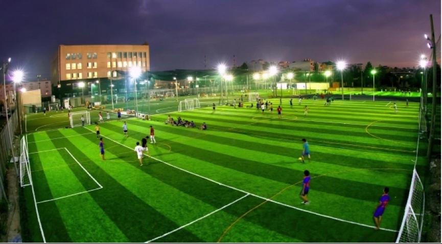 Đèn-cao-áp chiếu sáng sân bóng đá cỏ nhân tạo
